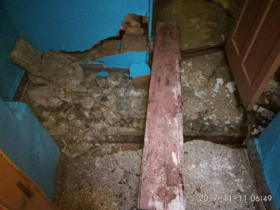 В Кривом Роге из-за прорыва трубы обрушилась лестница жилого дома (ФОТО), фото-2