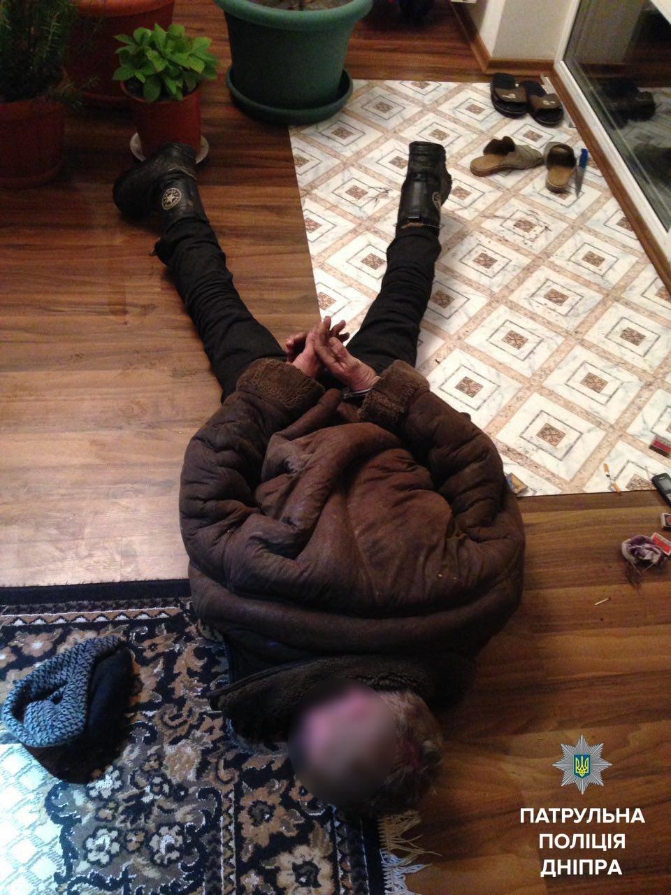 В Днепре неизвестный ворвался в дом и угрожал людям (ФОТО), фото-1