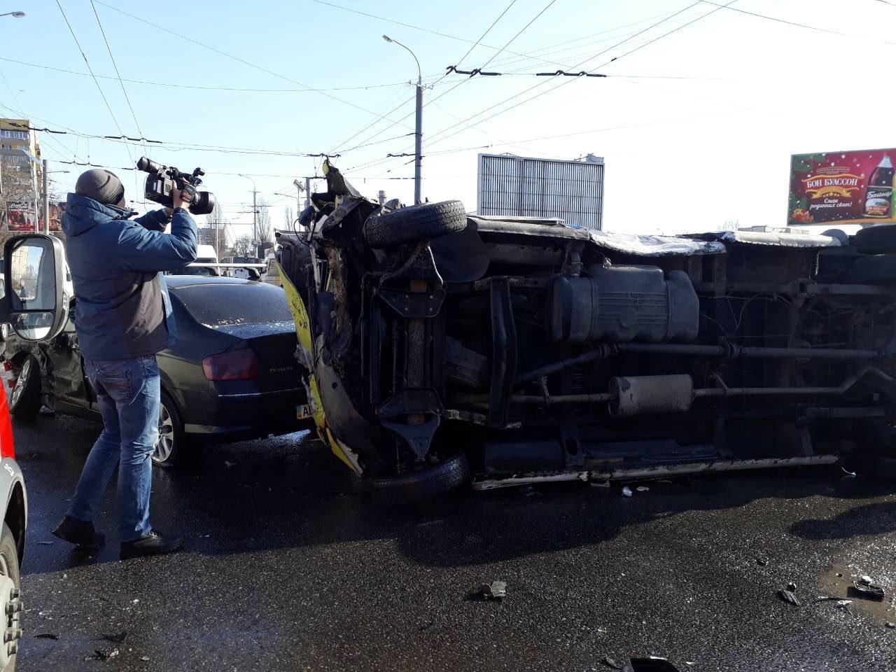 Массовое ДТП в Днепре: на Янтарной перевернулась маршрутка, есть пострадавшие (ФОТО), фото-1