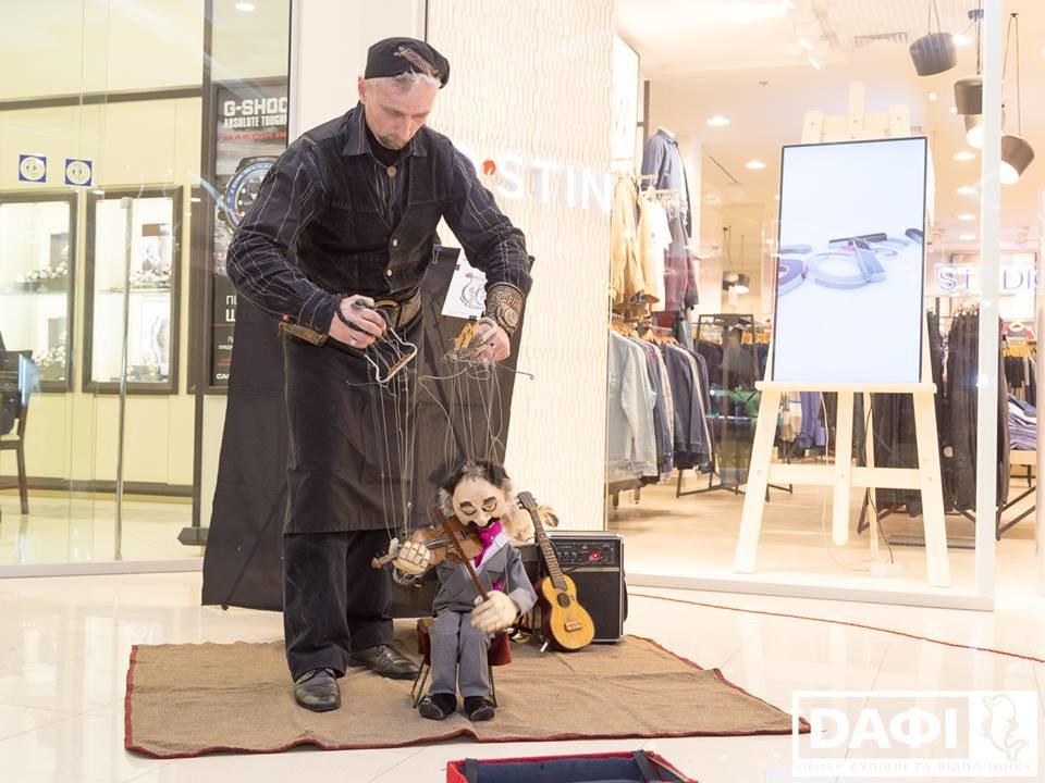 Битва Робокота и кукольника за зрителя: В Днепре открылся IV Всеукраинский фестиваль уличного искусства  , фото-1