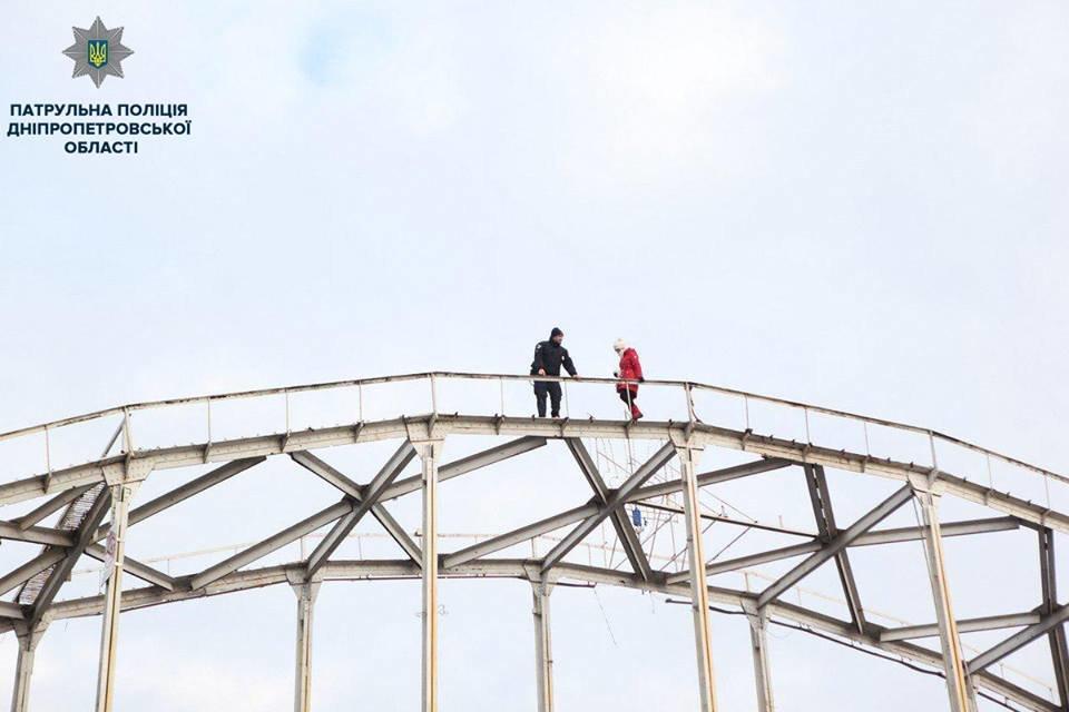 В Днепре патрульный спас женщину, которая забралась на арку пешеходного моста (ФОТО), фото-1