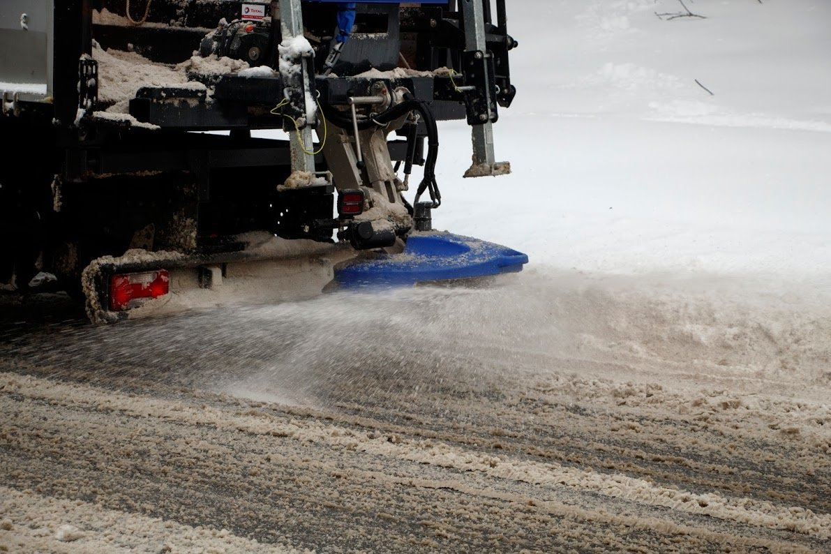 «В случае необходимости будет убирать круглосуточно»: на дорогах Днепра работает спецтехника, фото-2
