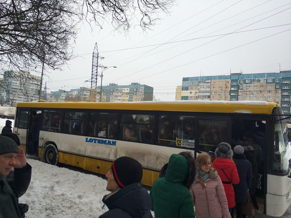 Перекрыли Донецкое шоссе: в Днепре жители митинговали против отмены маршрута №125 (ФОТО), фото-1