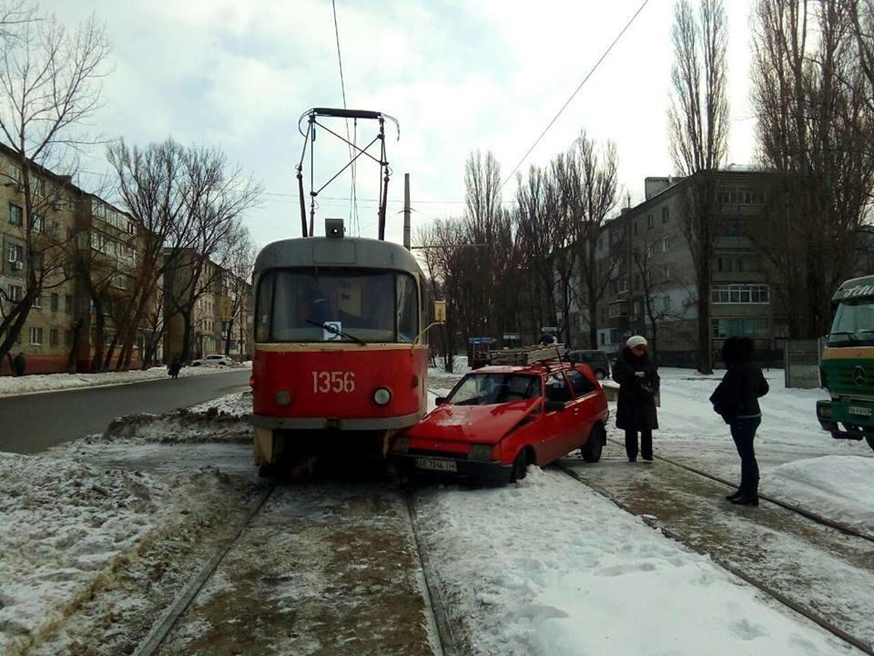 В Днепре легковой автомобиль попал под трамвай (ФОТО), фото-1