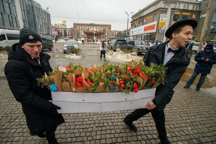 Весенний сюрприз от мэра: 8 Марта в Днепре всем женщинам дарили цветы, фото-7