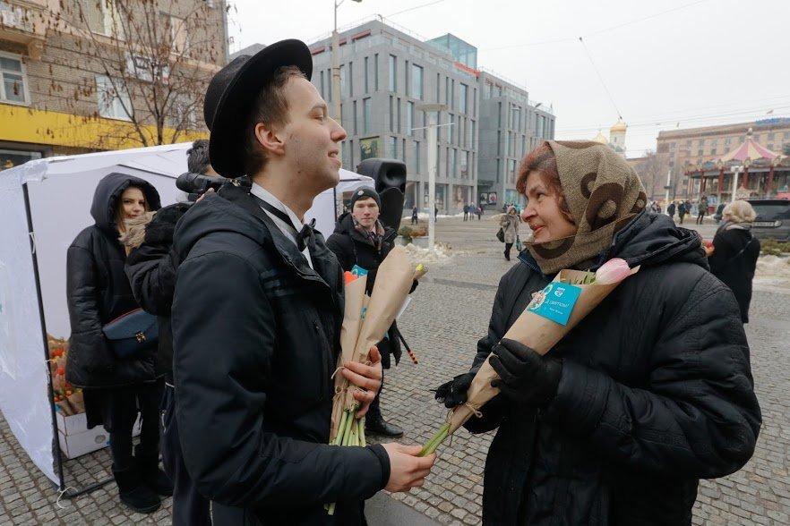 Весенний сюрприз от мэра: 8 Марта в Днепре всем женщинам дарили цветы, фото-4