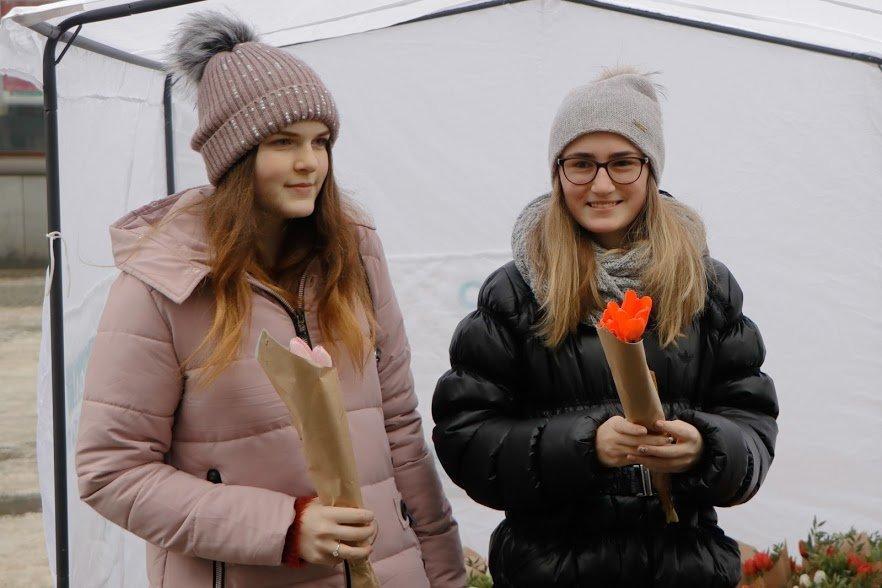 Весенний сюрприз от мэра: 8 Марта в Днепре всем женщинам дарили цветы, фото-5