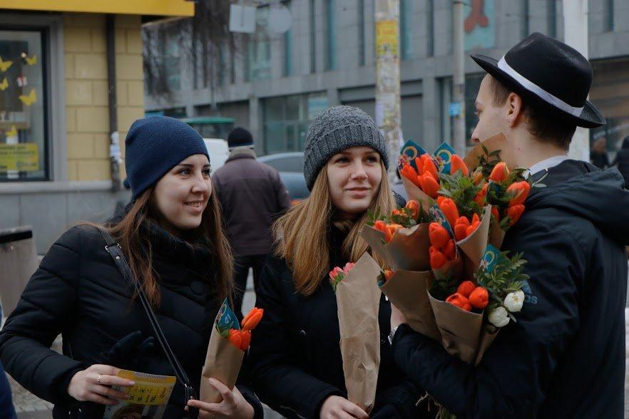 Весенний сюрприз от мэра: 8 Марта в Днепре всем женщинам дарили цветы, фото-6