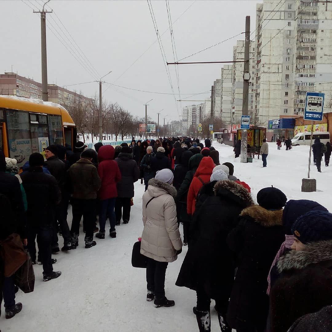 Снежный апокалипсис в Днепре: почему люди не могут уехать на работу (ФОТО, ВИДЕО), фото-2