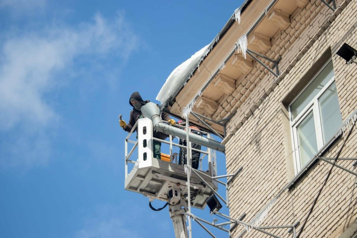 В Днепре из-за перепада температуры образовались опасные сосульки на крышах домов (ФОТО), фото-1