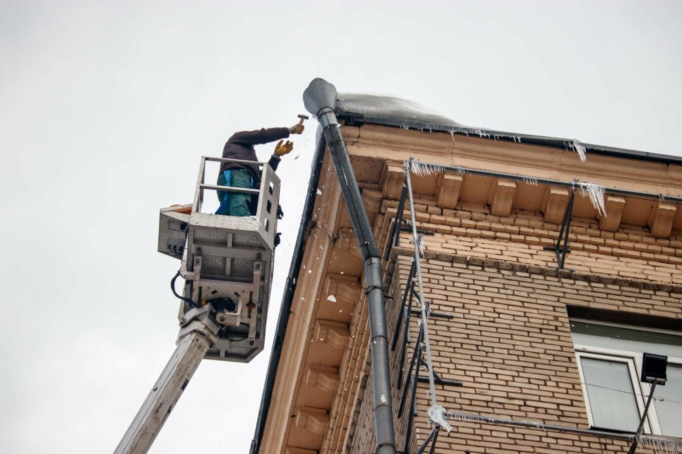 В Днепре из-за перепада температуры образовались опасные сосульки на крышах домов (ФОТО), фото-3