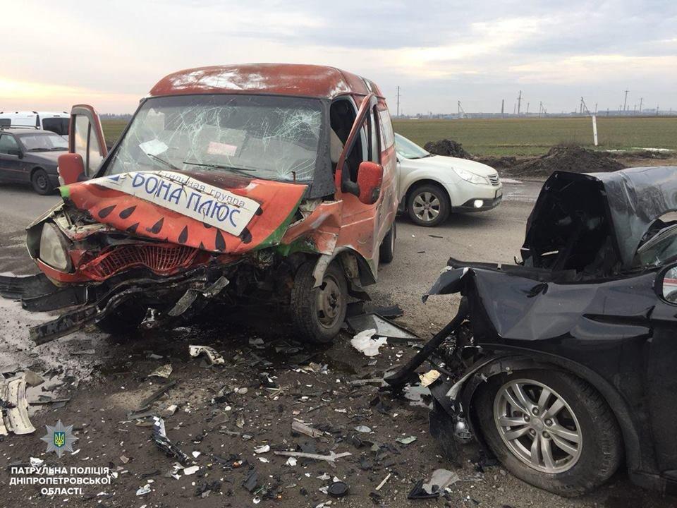 Лобовое ДТП под Днепром: на трассе столкнулись иномарка и ГАЗ (ФОТО), фото-1