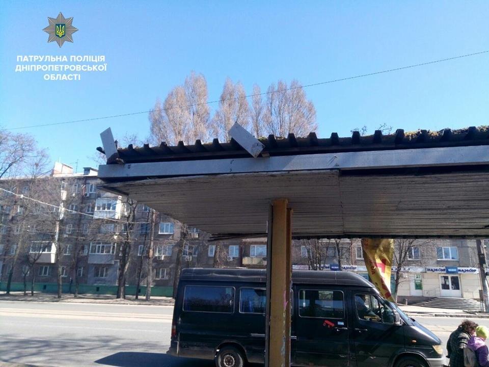 В Днепре двое мужчин пытались разобрать остановку общественного транспорта на металлолом (ФОТО), фото-1