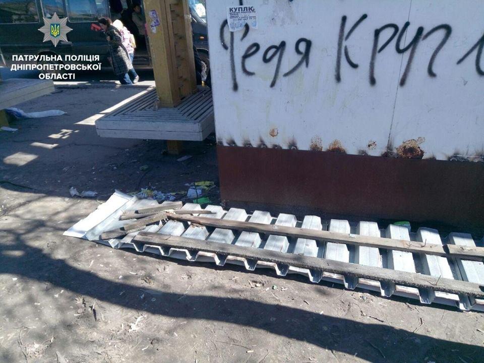 В Днепре двое мужчин пытались разобрать остановку общественного транспорта на металлолом (ФОТО), фото-2