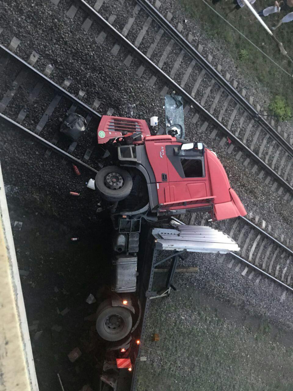 «Водитель грузовика был пьян»: полиция Днепропетровщины выясняет причины аварии, в которой грузовик упал с моста, - ФОТО, фото-2