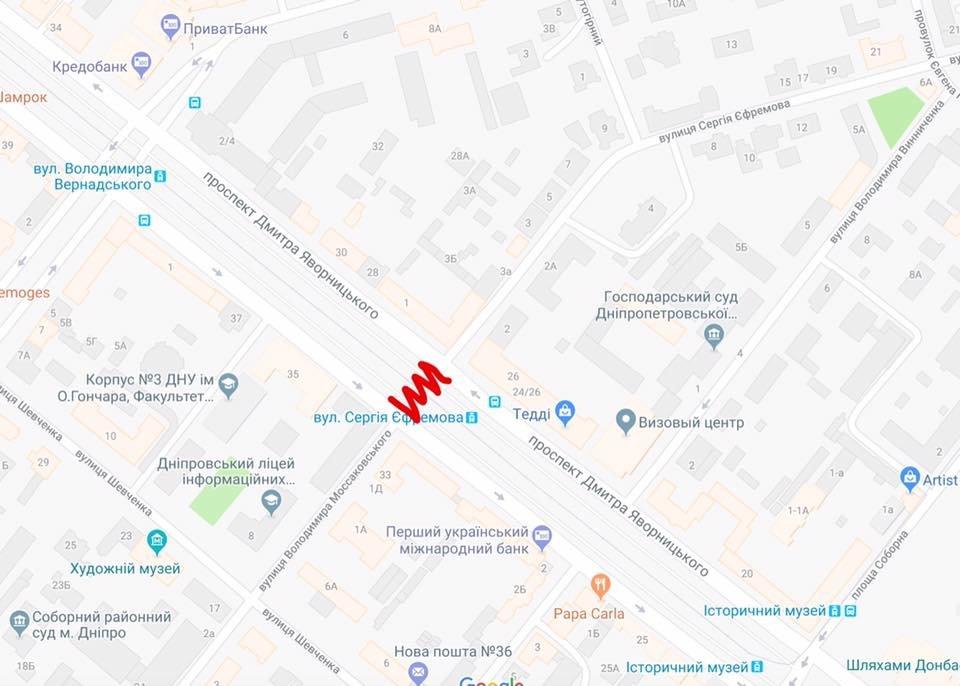 В центре Днепра перекрыли проезд через перекресток: дорожный знак прибили к дереву, - ФОТО, фото-1