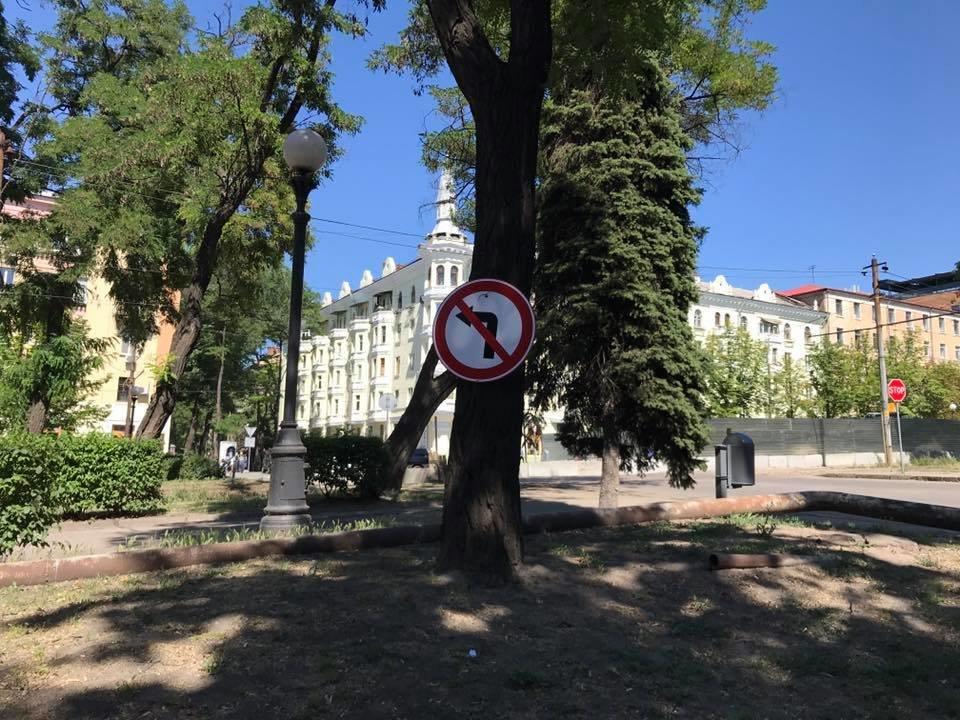 В центре Днепра перекрыли проезд через перекресток: дорожный знак прибили к дереву, - ФОТО, фото-3