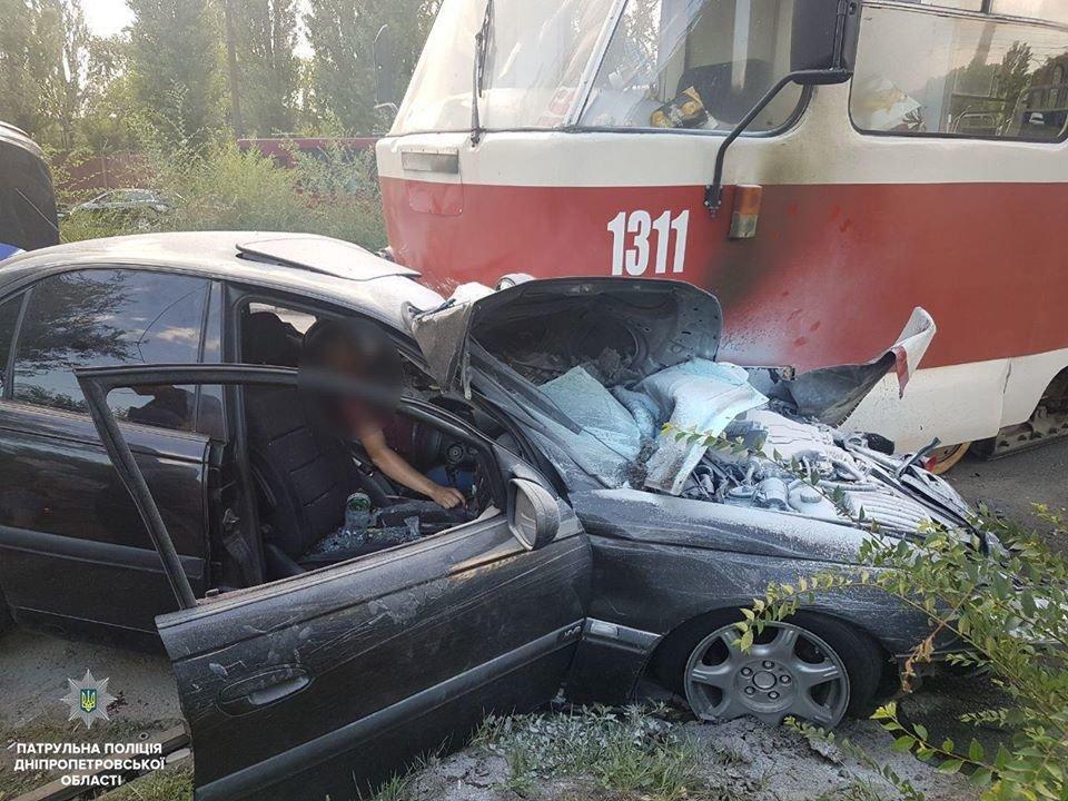 Авария в Днепре: трамвай въехал в легковое авто и другие ДТП минувших суток, фото-1