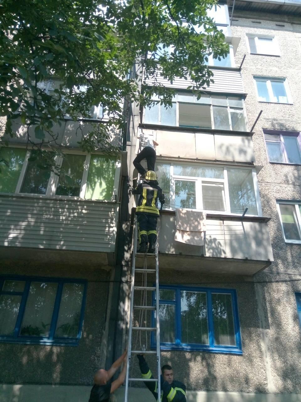 В Днепропетровской области мужчина застрял между балконами третьего этажа, - ФОТО, фото-2