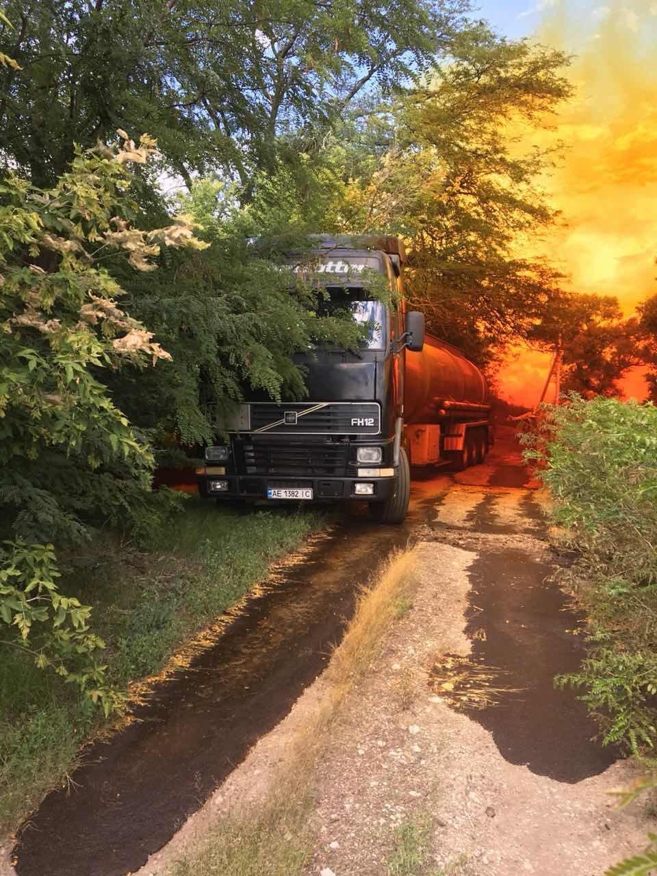 Утечка кислоты и ядовито-оранжевое облако: под Днепром по трассе растеклось химическое вещество, - ФОТО, ВИДЕО, фото-1