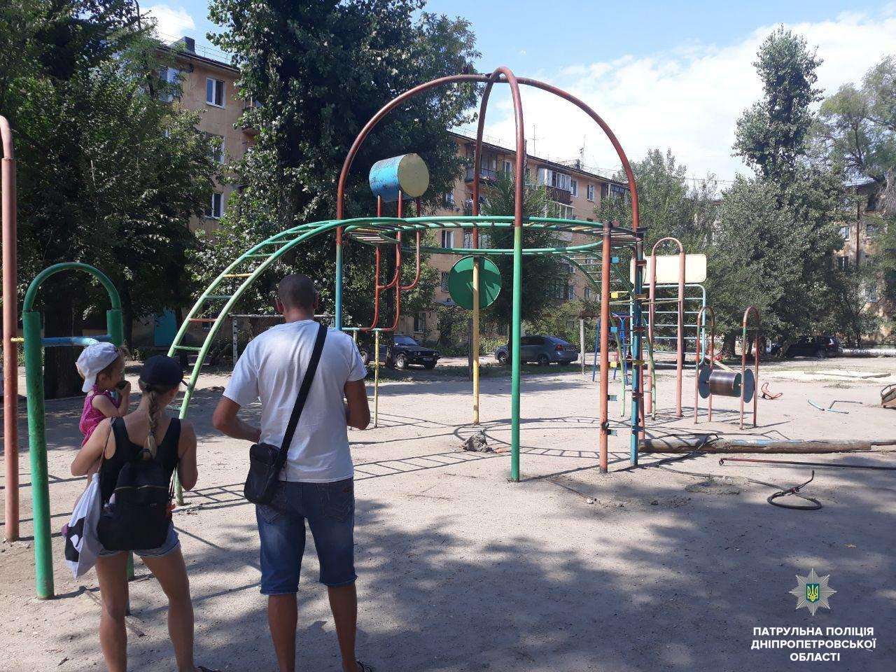 В Днепре неизвестные срезали детские качели, чтобы сдать на металлолом, - ФОТО, фото-2