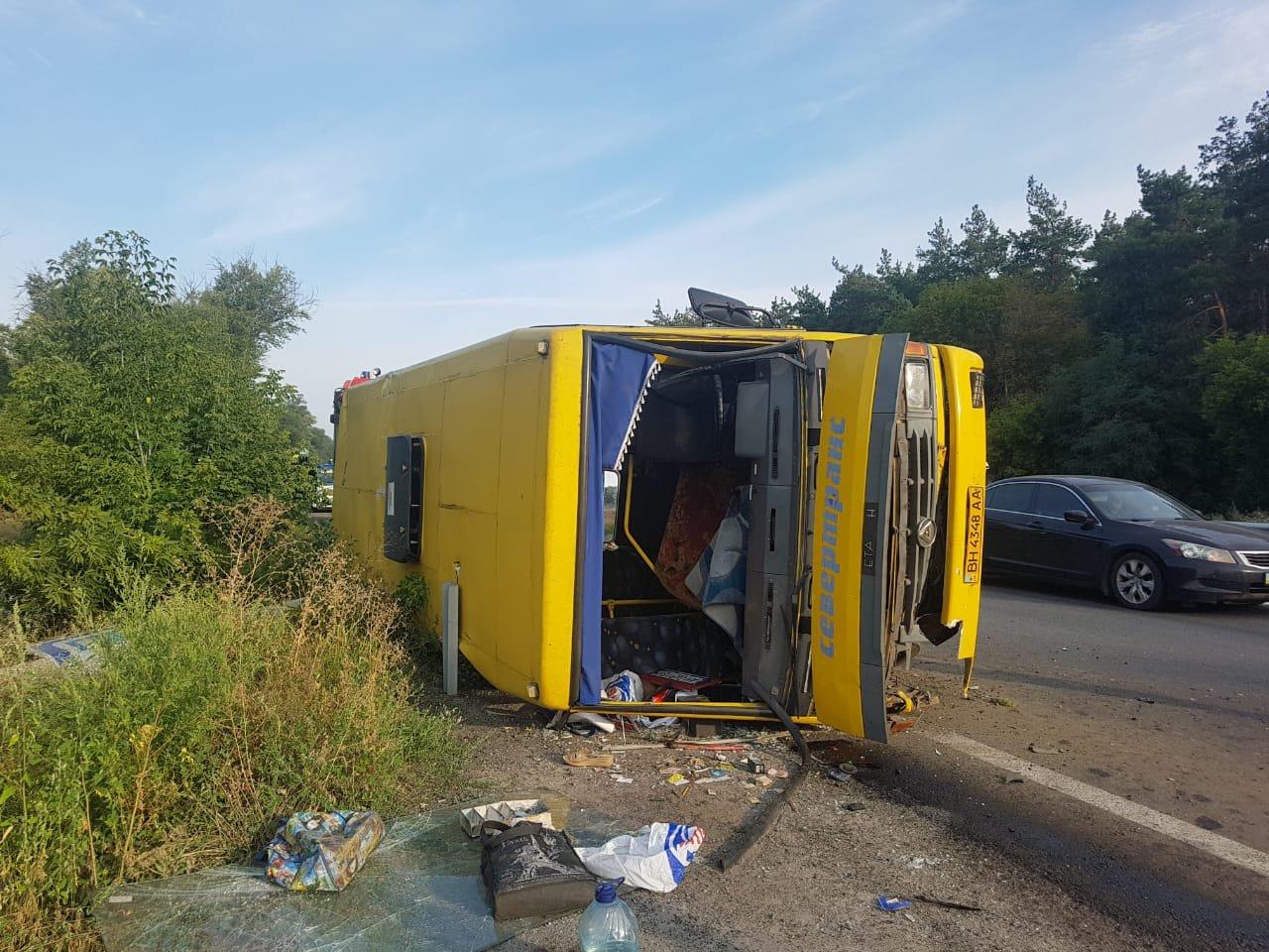 Под Днепром фура врезалась в автобус с людьми: много пострадавших,  - ФОТО, ВИДЕО, фото-1