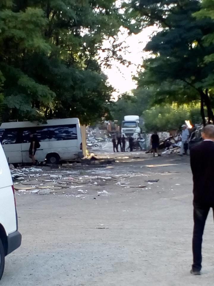 В Днепре на жилмассиве Тополь экскаватором снесли рынок, - ФОТО, фото-1