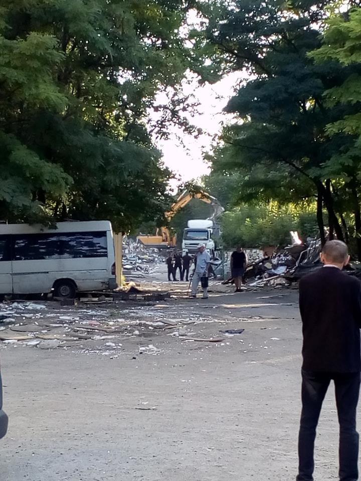 В Днепре на жилмассиве Тополь экскаватором снесли рынок, - ФОТО, фото-2