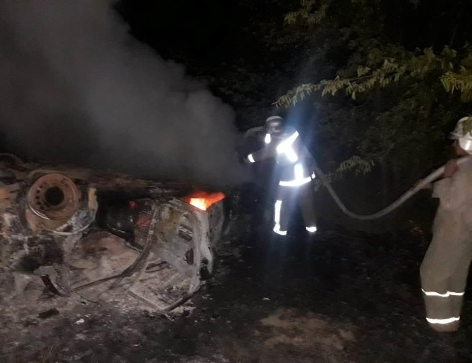 В Днепропетровской области посреди трассы сгорела иномарка: водитель исчез с места происшествия, - ФОТО, фото-1