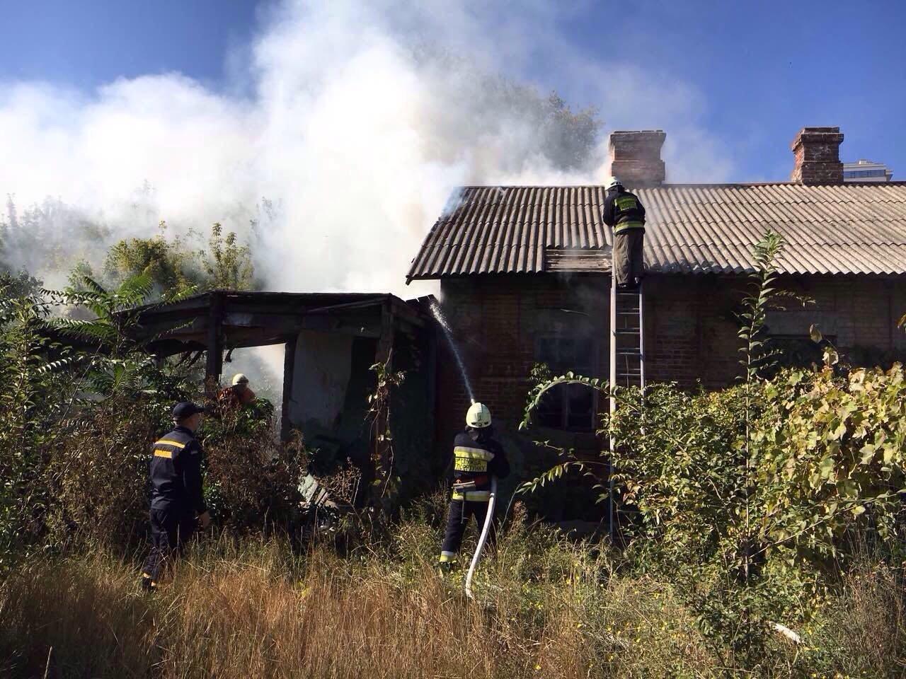 В Днепре на улице Холмистой сгорел жилой дом, - ФОТО, фото-1