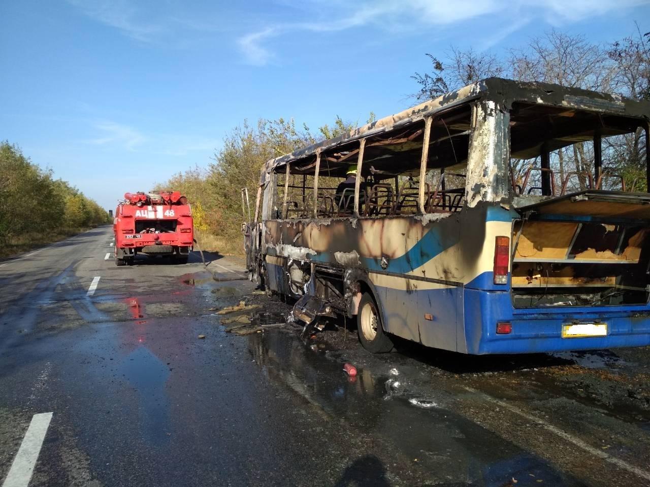 В сети появилось видео горящего посреди трассы пассажирского автобуса в Днепропетровской области, - ВИДЕО, фото-1