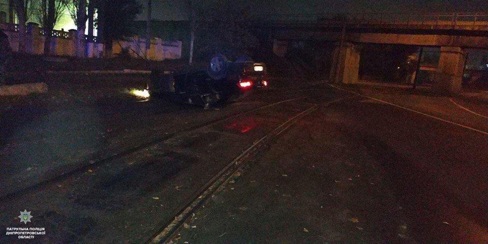 В Днепре пьяный водитель оставил перевернутый автомобиль на трамвайных путях, - ФОТО, фото-1