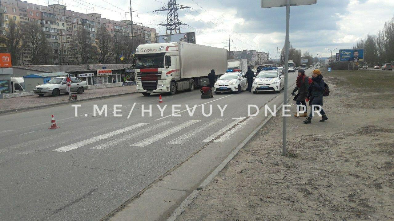 В Днепре фура переехала женщину: пострадавшая оказалась под грузовиком, - ФОТО, фото-2