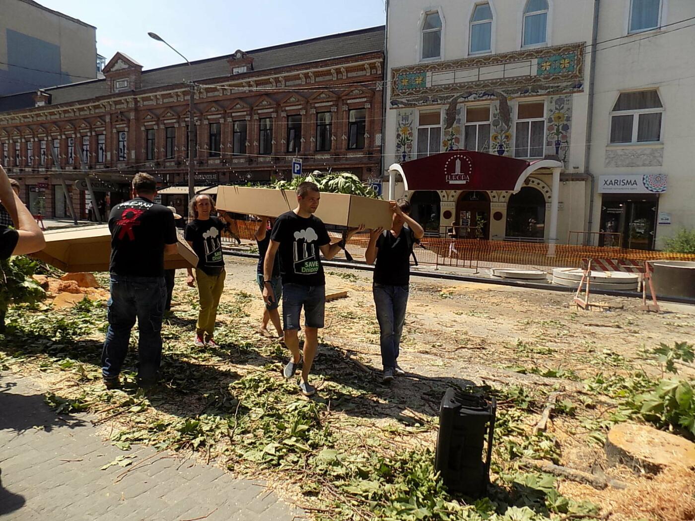 В Днепре провели «похороны» деревьев с Короленко: последние деревья срубили, пока город спал, - ФОТО, фото-12