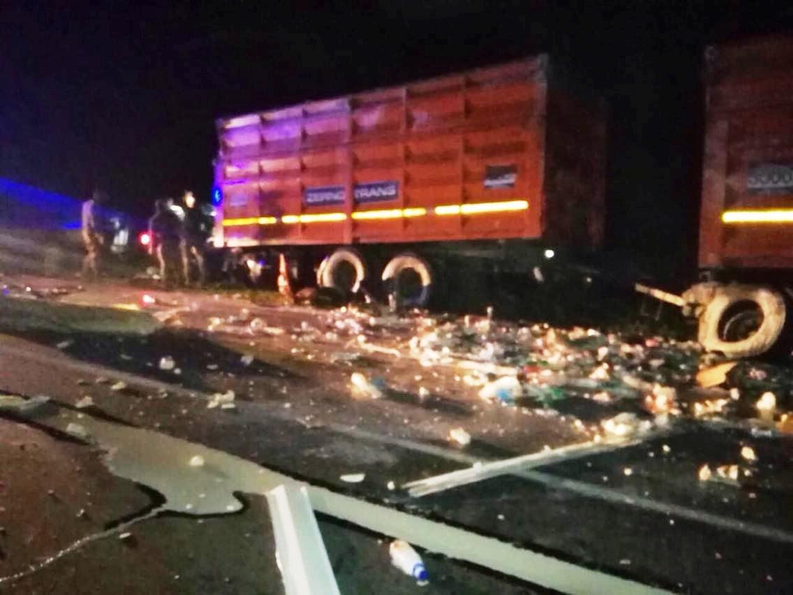 На Днепропетровщине лоб в лоб столкнулись два грузовика: спасатели доставали водителя из кабины, - ФОТО, фото-1