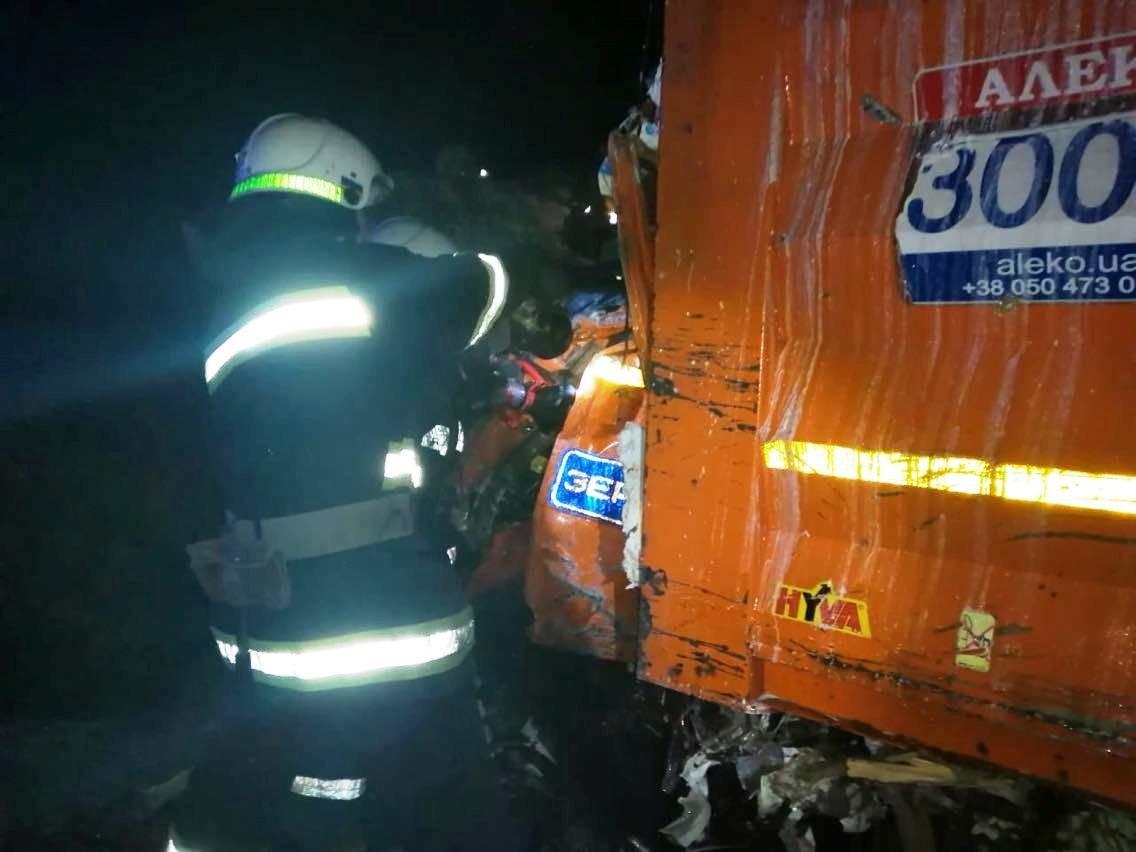 На Днепропетровщине лоб в лоб столкнулись два грузовика: спасатели доставали водителя из кабины, - ФОТО, фото-2