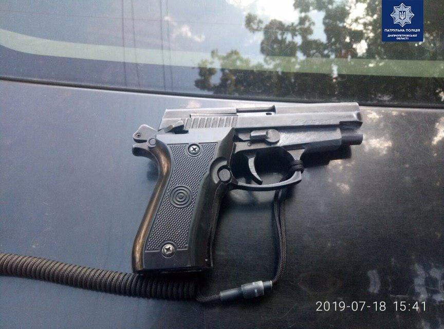 В Днепре мужчина ехал на такси  посреди дня с пистолетом и наркотиками, - ФОТО, фото-1
