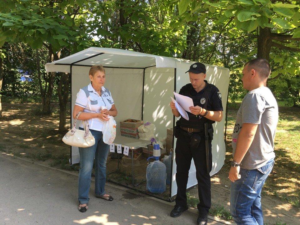 В Днепре около избирательного участка продают печенье и воду за 5 копеек, фото-1