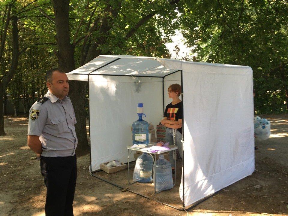 В Днепре около избирательного участка продают печенье и воду за 5 копеек, фото-3