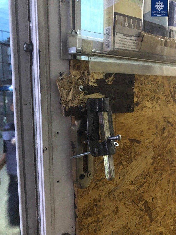 Вырвали дверь и вынесли кассу: в Днепре двое мужчин ограбили магазин, - ФОТО, фото-1