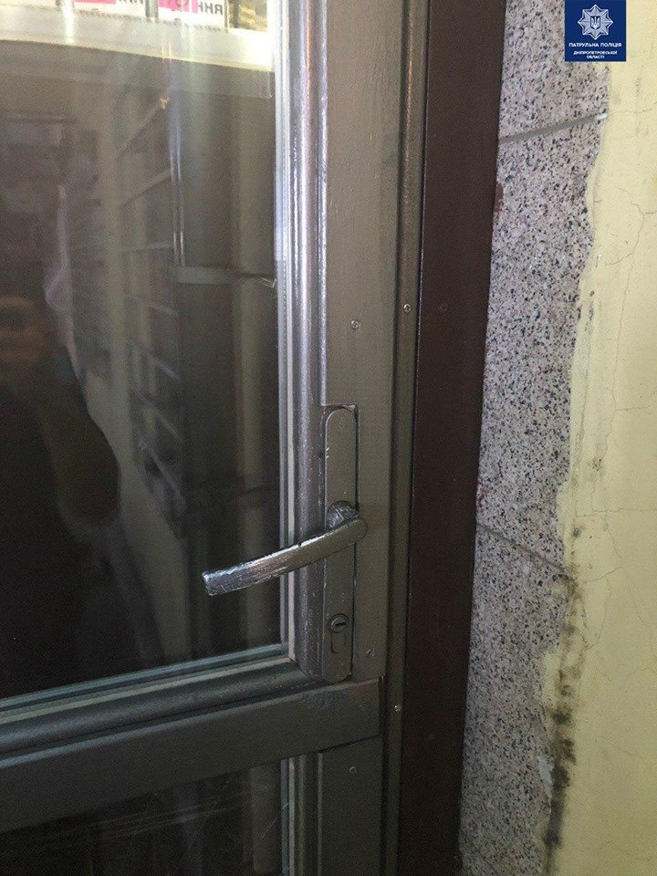 Вырвали дверь и вынесли кассу: в Днепре двое мужчин ограбили магазин, - ФОТО, фото-2