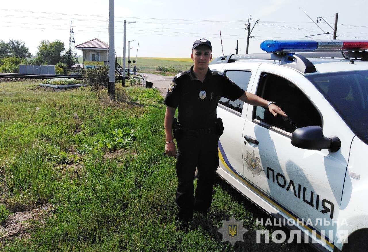 Герои среди нас: на Днепропетровщине полицейский спас девушку, которая хотела прыгнуть под поезд, - ФОТО, фото-1