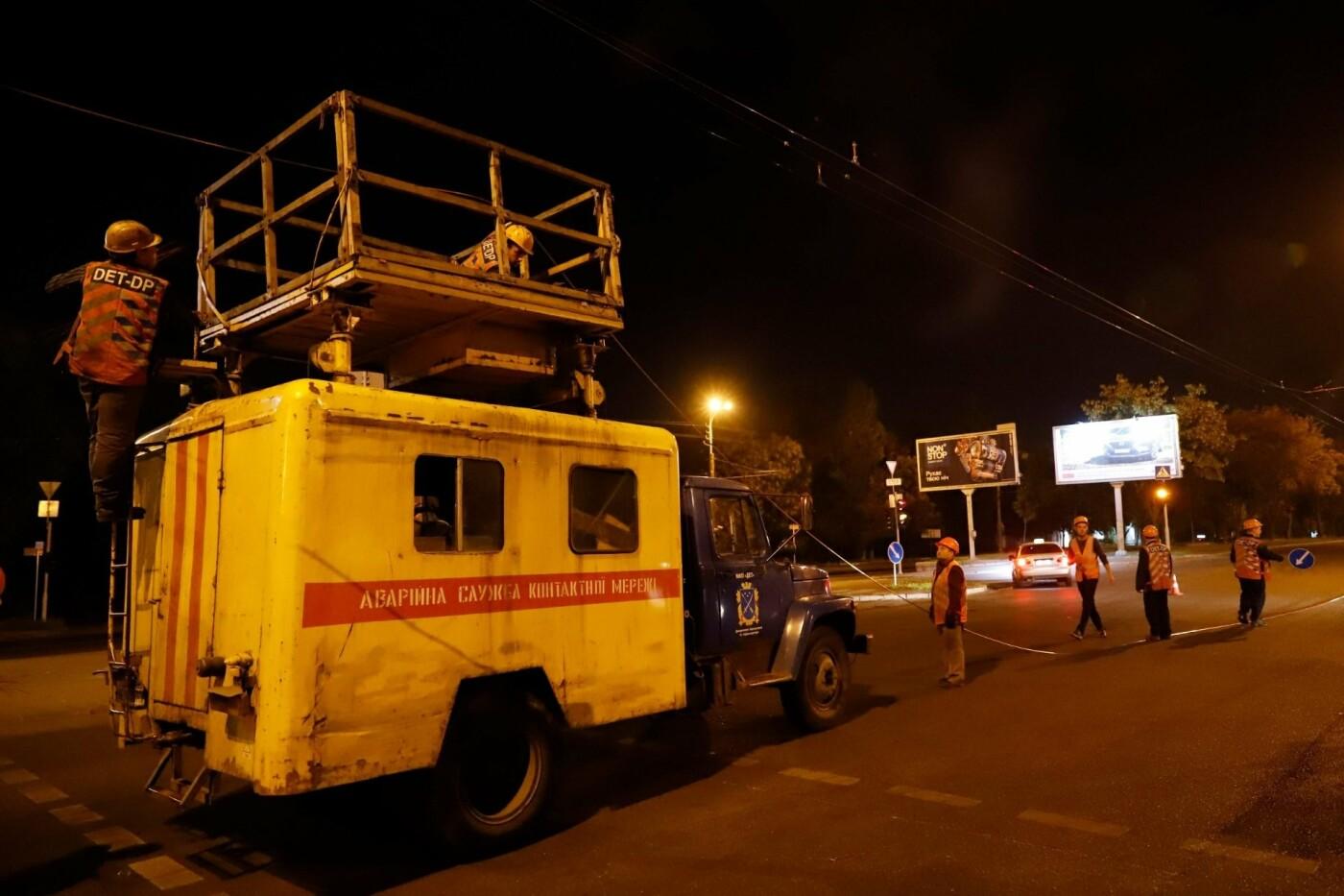 Этой ночью в Днепре заменили 350 метров контактной сети на трех троллейбусных маршрутах, - ФОТО, фото-4