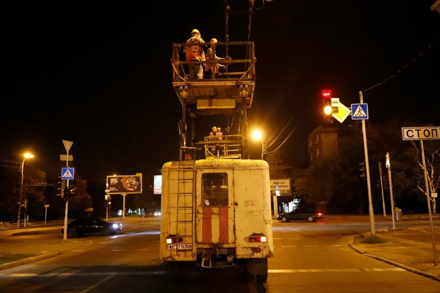 Этой ночью в Днепре заменили 350 метров контактной сети на трех троллейбусных маршрутах, - ФОТО, фото-1