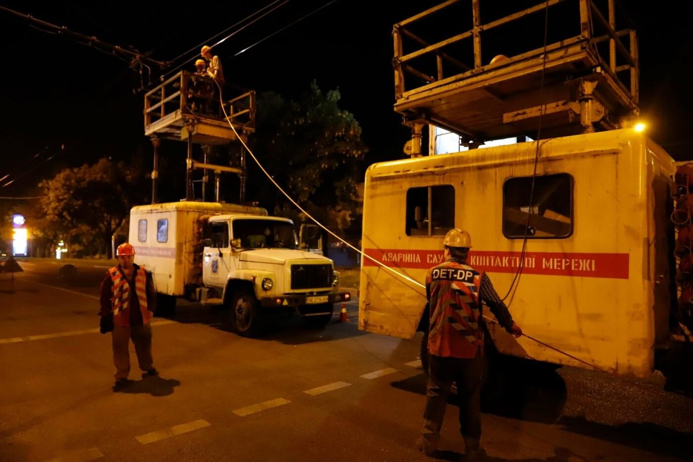 Этой ночью в Днепре заменили 350 метров контактной сети на трех троллейбусных маршрутах, - ФОТО, фото-5