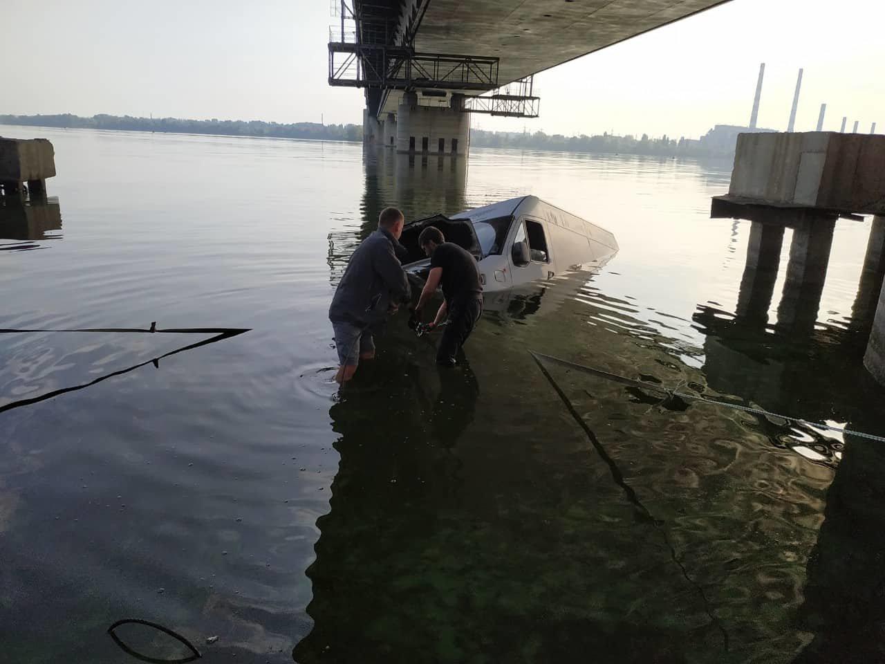 В Днепре на набережной автомобиль скатился в реку, - ФОТО, фото-1