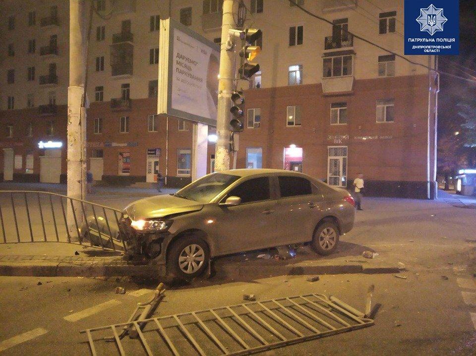 В Днепре произошло ДТП: водитель снес ограждение и урну, - ФОТО, фото-1