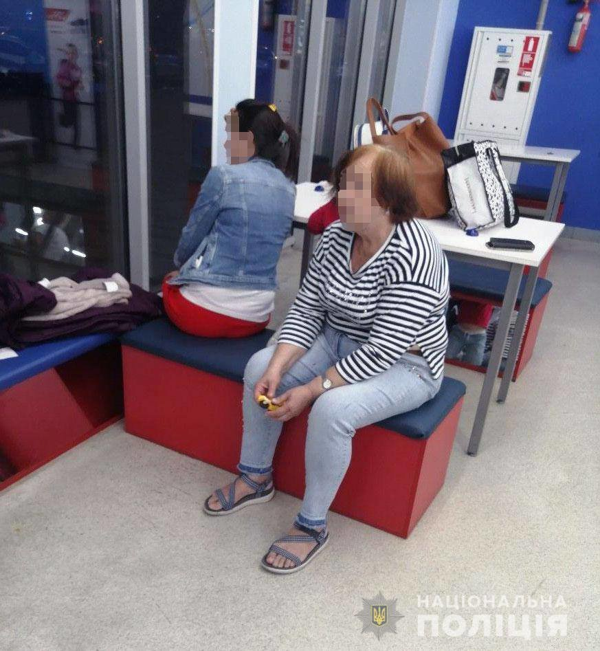 В Днепре две женщины обокрали магазин спортивной одежды, - ФОТО, фото-1