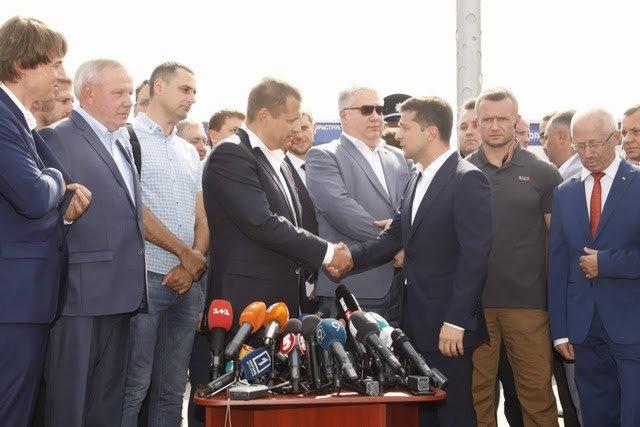 Президент Зеленский признал, что Центральный мост в Днепре был сдан вовремя, фото-1