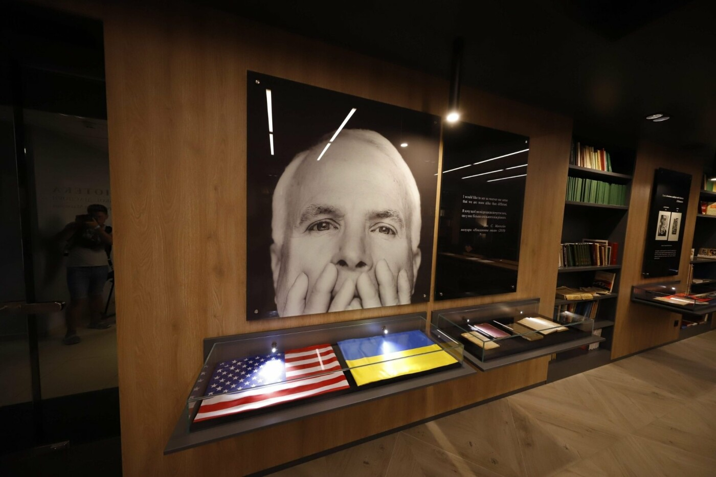 В Днепре открыли Библиотеку украинской диаспоры имени Джона Маккейна, - ФОТО, фото-2
